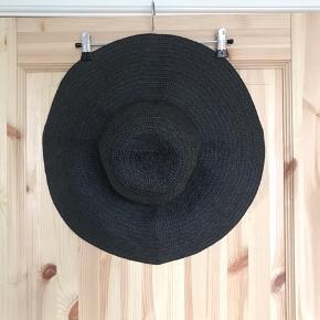 🌼🌼🌼🌼🌼🌼🌼🌼🌼🌼🌼🌼🌼🌼🌼  🌸 Fin sort solhat  🌸 Hatten måler 56 cm i inder-omkreds  🌸 Den er i fin stand  🌼 Se også mine mange andre annoncer 🌼