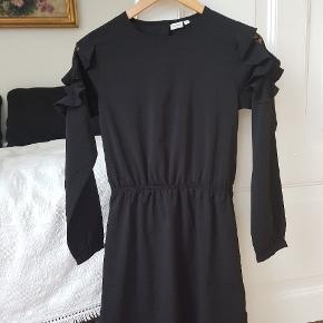 Fin kjole med blondedetaljer på skuldrene. Brugt én gang og er som ny.