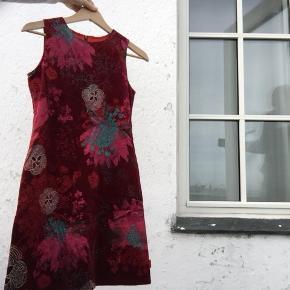 Smuk, rød Kenzo kjole i velour med blomster. Str. 12. Byd.