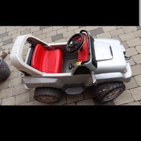 El bil til barn. Den har ikke været brugt i lang tid, derfor sælges den billig. Måske skal batteriet udskiftes, da den kan være død.  Ellers er der ingen fejl eller skader.