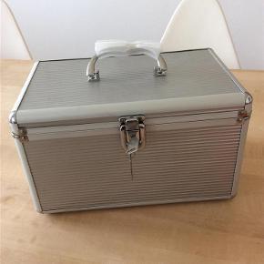 Varetype: Kuffert box beauty box Størrelse: 30Lx20Dx18H Farve: Sølv Oprindelig købspris: 499 kr.  Fin lille kuffert, box. Kan bruges som beautybox eller opbevaring af andre ting. Aldrig brugt, enkelte mindre skrammer fra opbevaring (se billede 3)  Længde 30 cm Bredde 20 cm Højde 18 cm  Afhentning i Kbh K, da vanskelig at sende