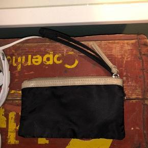 Virkelig fin lille taske. Den er knap nok brugt, så den fejler absolut intet. Køber betaler fragt🌸 Spørg endelig hvis du har nogle spørgsmål☺️