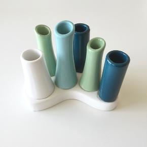 Fine dekorative minivaser på fod i keramik. Mærket er Speedtsberg.
