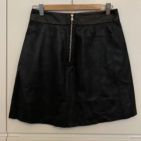Zara woman black leather mini skirt. 60s triangle shape, pockets on the side. Size S. Very good condition, worn a few times.
