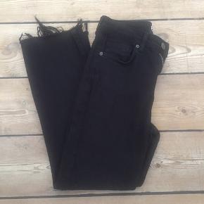 Jeans fra BGD i sort, str. W26 L32. Er med stretch og lidt vide for neden. Højtaljede. Bytter ikke. Kan sende med DAO, køber betaler fragt.