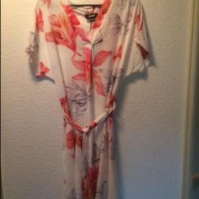 Brand: DEFINE Varetype: kjole Farve: Hvid med blomster Oprindelig købspris: 499 kr.  Smuk og let kjole fra Define   Aldrig brugt - ny med tags