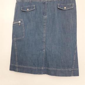 Varetype: Nederdel Størrelse: 44 Farve: mellem denimblå Oprindelig købspris: 1650 kr.  Flot klassisk denimnederdel. Blød/lækker og afslappet og Elegant. hvem kan ønske mere Er købt sammen med 58539638 og 58239615 og en tilsvarende kjole og et par bukser. Bemærk nederdelen er ikke (nødvendigvis) så høj i taljen som baslers bukser. Den kan godt bæres længere ned mod hoften