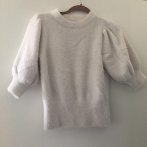 Fluffy bluse fra H&M med korte ærmer, fejler intet.