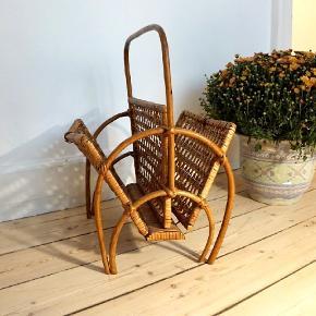 Fin og gammel - men super velholdt - magasinholder i bambus.   OBS: Jeg har en anden type (mere robust) på anden annonce 💚