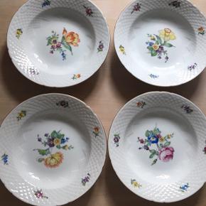 Fire dybe tallerkene fra Bing og Grøndahl. Der er forskellige blomster på hver tallerken 😊 samlet 100kr