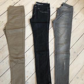 3 par bukser 1 grå fra Vila str. S Mørkeblå jeans fra Vila str. 28/33 Mørk sandfarvet med lynlås bagpå fra pieces str. S  Pris ved samlet køb - ellers 60kr. Pr par.