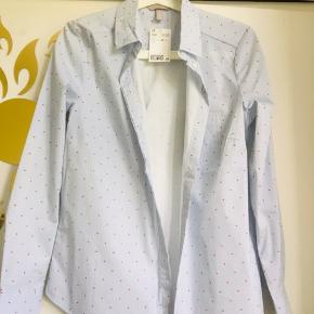 Så sød skjorte købt for nyligt til 129,- men får den ik brugt, små røde hjerter på lyseblå striber.