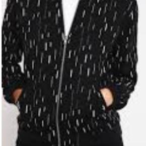 😍fin Minimum😍 Rozetta Jacket (tynd) Sort/hvid Brugt og vasket et par gange  NP: 600 Afhentes 6700 Esbjerg🚘 Eller  Sendes med DAO📮