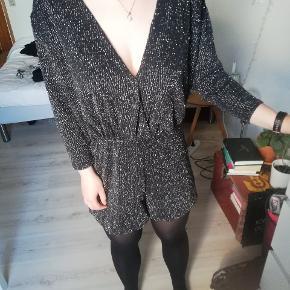 Fin kort jumpsuit fra Bershka i størrelse L ✨✨✨ købt i Barcelona. Kan afhentes på Amager eller sendes med DAO på købers regning 🌞