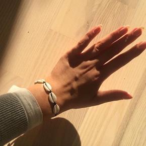 Muslinge armbånd med blå, rød og sort snor Prisen er 40,- pr stk Alle 3 for 100,- Sender gerne  Gratis fragt ved køb af alle 3 armbånd