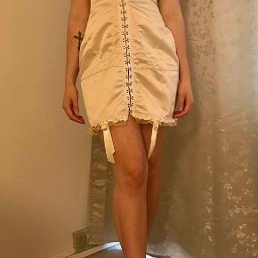 Daisy inspireret satinlook corset dress, Ivory. str 36/38. Kjolens overdel er syet til B skål incl. fin hvid kort jakke i tyndt stof.  Den er specialsyet men inspireret af Daisy.  daisydaisy.tv, Følg på Instragram.  En kjole som minder om min kjole koster ca. 2100.-  Jeg sælger denne til 300.-  De sidste 2 foto er en original Daisy kjole.  kan ses i Rungsted. Sender gerne