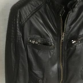 ROCK´NBLUE / ROCKANDBLUE STYLE MASSIVE. Blød og lækker skind / læder jakke. 4 lommer på forsiden med samme kraftige lynlås som den lukkes med. Lynlåse ved ærmeafslutninger. 2 inderlommer - den ene med lynlås. Tryklås i halsen og nederst i begge sider bagpå. Dekorative syninger i siderne og på skuldre. Helforet - 2 lag. Brugt sparsomt og super velholdt. Oprindelig købspris : 2200,- Sender gerne på købers regning : DAO 55,-