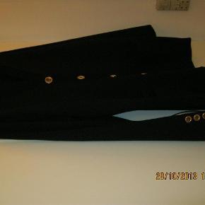 Ubrugt cardigan fra Lucia (kun prøvet), mørkeblå med guld knapper ( 5 plus 3 på hver ærme), 2 lommer, slids i sidderene (6 cm) ,  STR: 42 , længte 76 / ærmlængte 59 cm. Mat: 60 % polyacryl / 40% new wool (uld)  Cardigan Farve: Mørkeblå Oprindelig købspris: 700 kr.