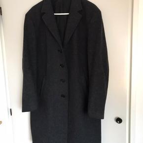 Lækker frakke i uld fra Mads Nørgaard. Lidt til den lille side, så ligger lige imellem en stor M og en L.  Fragt koster en 50'er. Mødes også gerne og handler i København (Vesterbro).