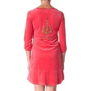 Aldrig brugt, stadig med tags og i original pose. Str. 2 hvilket svarer til en str. Medium. Den måler over brystet 45 cm og længden er 85 cm foran og 97 bagpå. 80 % bomuld og 20 % polyester. Nej tak til at bytte! To don´t Dress #143, Velour kjole Farve: Coral Pink Oprindelig købspris: 1495 kr