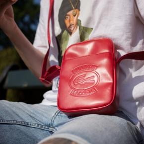 Sælger denne super lækre taske fra et samarbejde mellem Supreme og lacoste. Tasken er i rødt læder. Der medfølger dustbag og andre ting som fulgte med under køb.  Sælges kun til den rette pris.