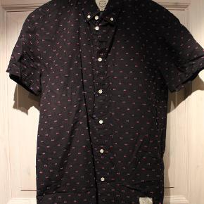 Rigtig fed kortærmet skjorte fra Suit.  Jeg har desværre aldrig fået den brugt. Kvaliteten er høj og skjorte har nogle rigtig fede detaljer.  Skriv hvis du er interesseret i flere af mine ting.