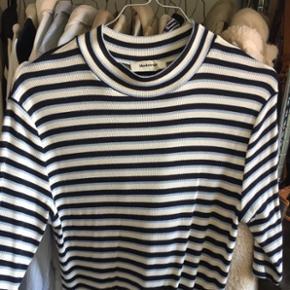 Lang elastisk kjole i blødt stof med rib og striber. Mørkeblå, lyseblå og hvid. Nypris: 800kr  Brugt én gang, så fremstår som ny.   Str. L, men passes også af M.