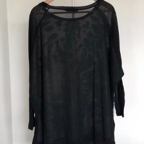 Megaflot oversize bluse eller tunika i en kombination af stof og strik. Størrelse M men kan passe mange større størrelser, da den er meget rummelig. Flot over leggings eller jeans. Længde 80 cm. Bredde 2 x 84 cm.