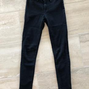 Enkelte jeans. Der er tegn på slid, men er stadig i rigtig fin stand 🖤🖤