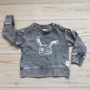 Grå sweatshirt fra Small Rags i forvasket look med print. Str. 74 (9 mdr). Brugt og vasket en enkelt gang, og derfor i rigtig pæn stand - som ny.  Pris: 50 kr. plus porto