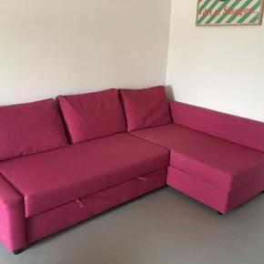 IKEA Friheten sovesofa GIVES VÆK grundet flytning.  3 personers sofa med chaiselong. Kan slås ud til 140 cm sovesofa. Praktisk opbevaringsrum under chaiselongen. Er godt brugt men har ingen tegn på slid    Kan afhentes i Brabrand i starten af november. Skal løftes 1/2 etage.