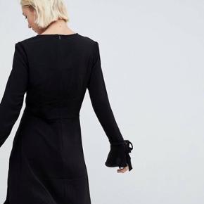 Super smuk kjole fra Pimkie, købt på ASOS sidste sommer. Den har desværre kun været på 1 gang, men fejler absolut ingen ting.  Så den trænger til et hjem hvor den kan blive brugt!  Den passes af en str 36-38 (S/M)