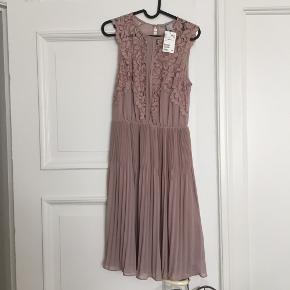 Super smuk og elegant kjole med plisseret underdel og blonder øverst 🌸