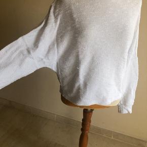 Anderledes bluse med lidt ærmer med lidt flagermus effekt. Den går til taljen. Er som ny