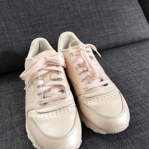 Flotte Reebok sneakers i smuk rosa metallic farve. Brugt en gang, men desværre lidt for store.  Se mine andre annoncer!