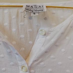 Fin, tynd og lang skjorte fra Masai. Prisen er inkl forsendelse