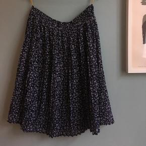 Vintage nederdel i størrelse 42 (lille i størrelsen, har elastik i taljen). Fremstår som ny.  Købt for 400kr i Episode.  Bytter ikke Sender med DAO (37kr)
