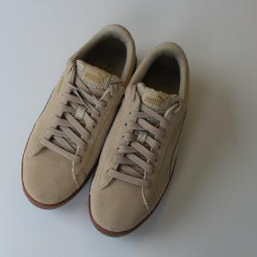 Sælger disse fede sneakers fra PUMA med platform agtig bund.  De er i størrelse 39 (25 cm). Købt brugt, dog har jeg aldrig selv brugt dem.  #Trendsalesfund 💛♻️
