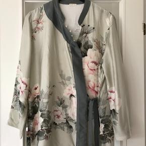 Så smuk Kimono bluse fra OYSHO . 100 % viscose .Den er aldrig brugt eller vasket . Str hedder L . Måler 54 cm x 2 over ryggen , fra ærmegab til ærmegab . 73 cm lang . Kan sagtens bruges åben . Bytter ikke