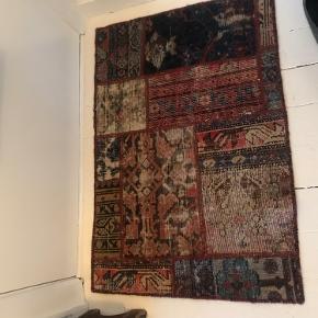 Smukt kelim tæppe - købt i Ikea's eksklusive tæppeafdeling i Gentofte. Nypris kr 700,- - brugt sparsomt i en måned.  1 stk 500 2 stk 900  Bytter ikke  Priserne er faste  NB 1 TÆPPE TILBAGE - 1 SOLGT 🌿