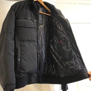 Vinterjakke - et fejlkøb, så har alene hængt i et skab siden sidste vinter.   Farve: meget mørkeblå.