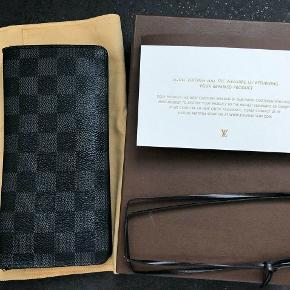 Pung, Louis Vuitton  Sælger min Brazza Wallet da jeg ikke bruger den. Den har noget slidtage i enderne i begge sider da det er en ældre pung. Ny pris hos LV nu: 3500 kr.   Den kommer med æske, dustbag og seddel fra den blev repareret for mange år siden.  Ingen kvittering.  Nuværende pris hos Louis Vuitton: 3500 kr.