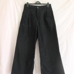 Lækre højtaljede Urban Outfitters jeans med frynsede ender.