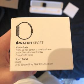 Apple Watch 42 mm. Selve uret er sprit nyt da det er fået i bytte i forsikrings-sag. Der medfølger en Milano rem og den originale sportsrem + oplader.