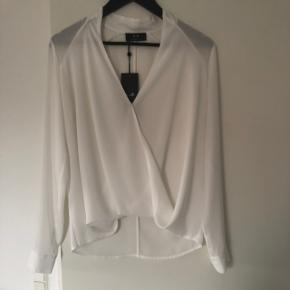 Helt ny bluse/skjorte, aldrig brugt, stadig med prismærke. Super flot trøje, som kan bruges både til hverdag eller til finere begivenheder.