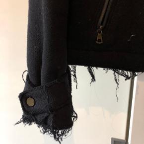 Fed militærjakke i uld fra ZARA med frynsede kanter. Er lidt fnulret men ellers ikke ret slidt. Str M men fitter småt!