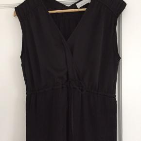 Ankellang (jeg er 170 cm) sort kjole med plisserede lag, brugt x 2 Passer en str S/M