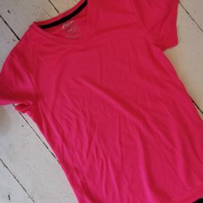 Sæt sælges samlet eller hver for sig. Tights er 3/4 længde.   Sælges samlet for 80 kr. Ellers tights for 60 kr. Og t-shirt for 40 kr.