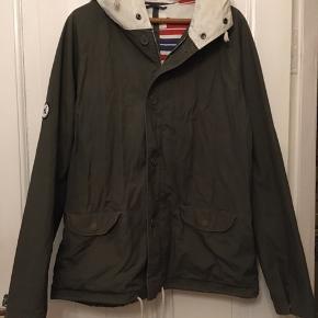 Fed armygrøn herrejakke, lærredsjakke fra Wood Wood str. xl. Armygrøn med naturfarvet hætte. Længde 75cm. Pæn brugt stand. 250kr Kan hentes Kbh V eller sendes for 38kr DAO