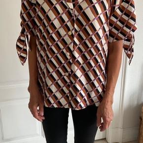 Ny fin skjorte.  Siger str.small, men snarere medium/large   KØBER BETALER FRAGT! Fragten bliver med DAO. Eller afhentes i Aarhus C.   SE GERNE MINE ANDRE ANNONCER!!😍